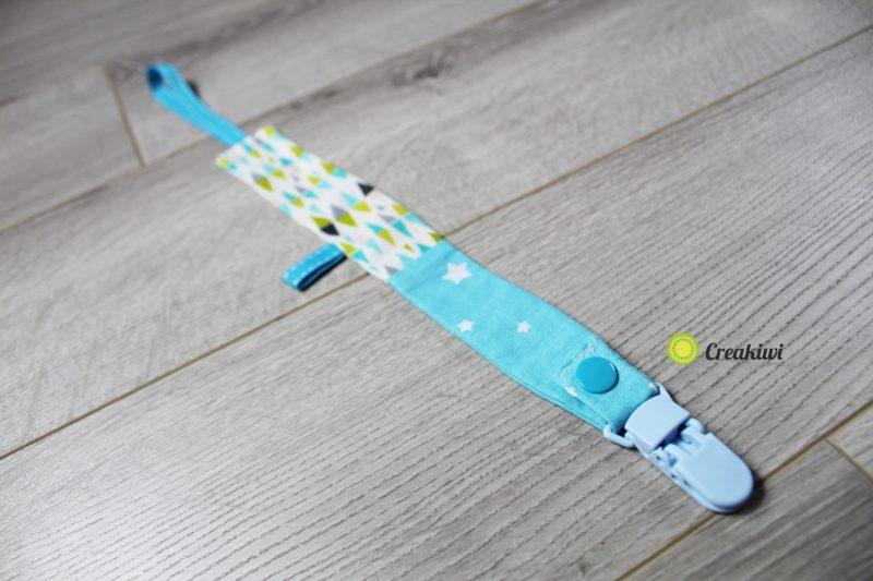 Attache tétine avec pince en plastique bleu