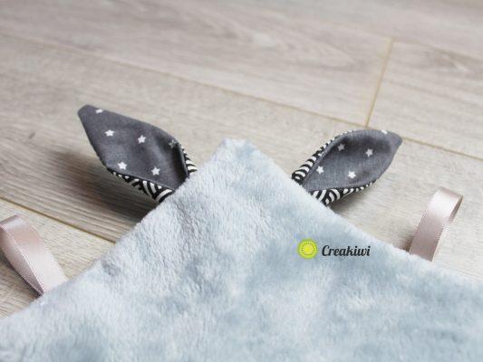 Doudou plat étiquettes noir/gris oreilles lapin
