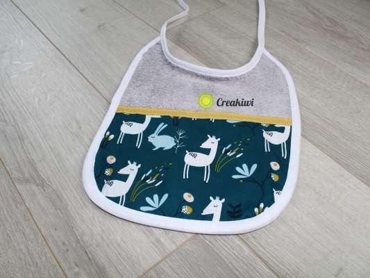 Bavoir gris motif biches Creakiwi bavoir personnalisé créatrice cadeau de naissance